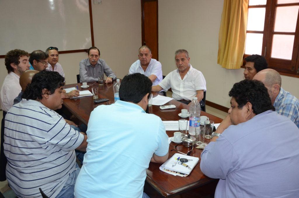 Funcionarios provinciales y dirigentes azucareros, reunidos por el futuro del ingenio La Esperanza.