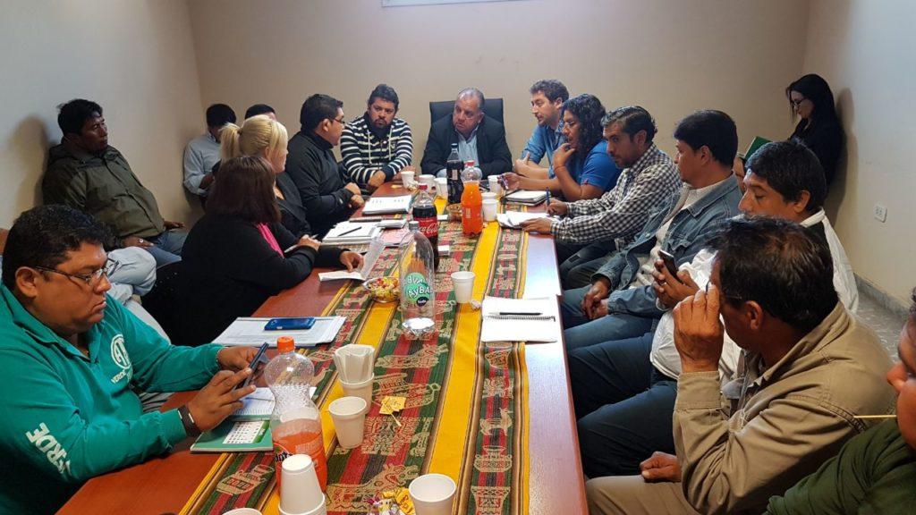 Funcionarios provinciales y representantes de municipales, reunidos en la cartera de Trabajo y Empleo.